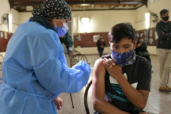 76881-continua-la-vacunacion-covid-19-para-mayores-de-18-anios-por-demanda-espontanea