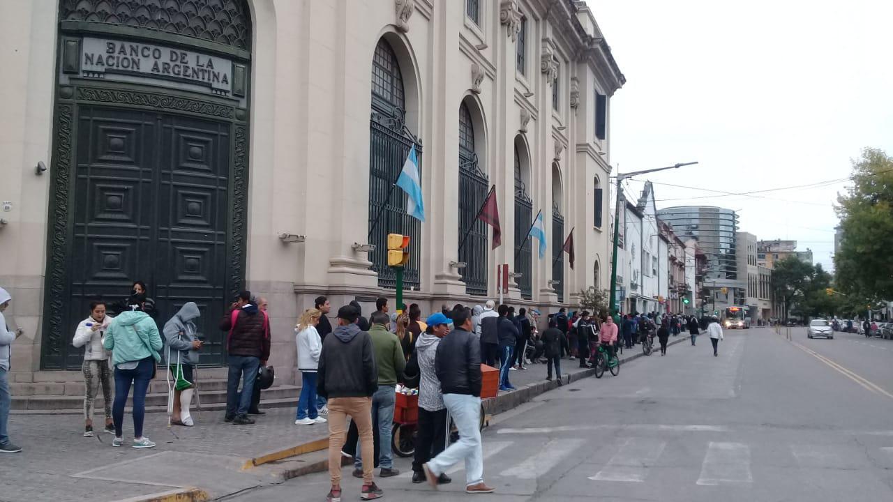 Por el caos, los bancos abrirán el sábado y el domingo para pagar jubilaciones y AUH
